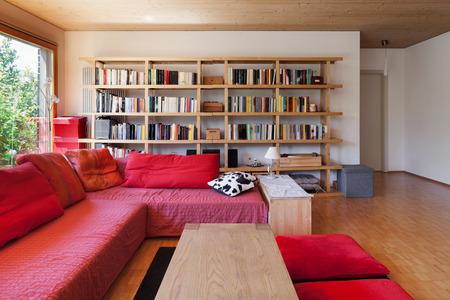 divan: habitaci�n de una casa ecol�gica que vive, div�n rojo