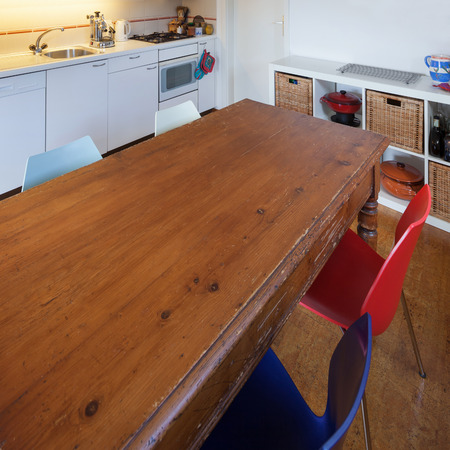 cocina vieja: Kitchen of a loft, old wooden dining table