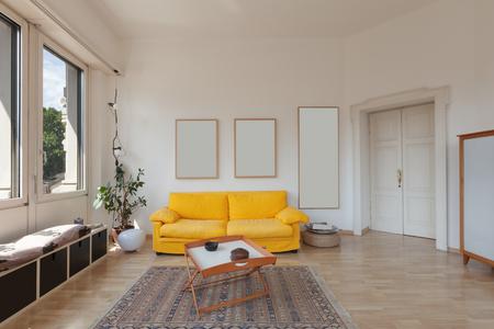 divan: sal�n de viejo apartamento, div�n amarillo y suelo de madera