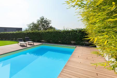 Zwembad van een modern huis, in openlucht Stockfoto - 64614144