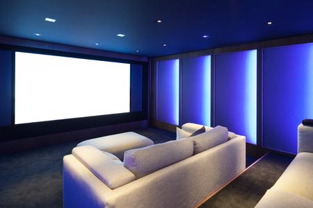 teatro: cine en casa, el interior de lujo, cómodo sofá y la gran pantalla Foto de archivo