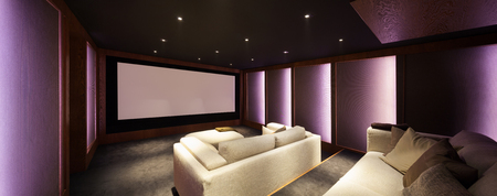 divan: cine en casa, el interior de lujo, cómodo sofá y la gran pantalla Foto de archivo