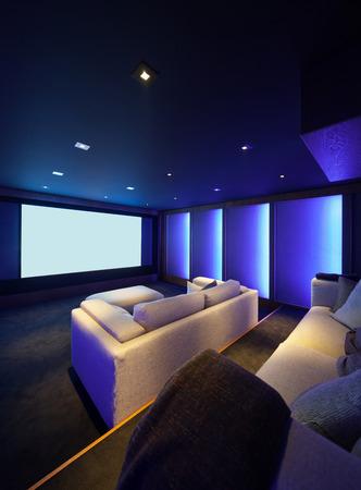 Cine en casa, el interior de lujo, cómodo sofá y la gran pantalla Foto de archivo - 64614121