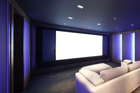 Cine en casa, el interior de lujo, cómodo sofá y la gran pantalla Foto de archivo - 64614130