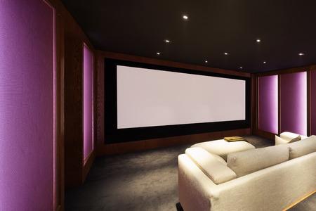 홈 시어터, 럭셔리 인테리어, 안락한 집안과 큰 화면 스톡 콘텐츠