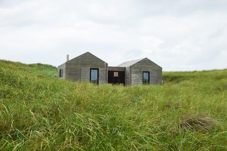 case moderne: moderne case di legno minimalista circondate da prato