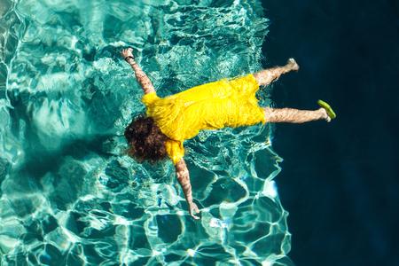 to drown: Cuerpo de una niña en la piscina, al aire libre