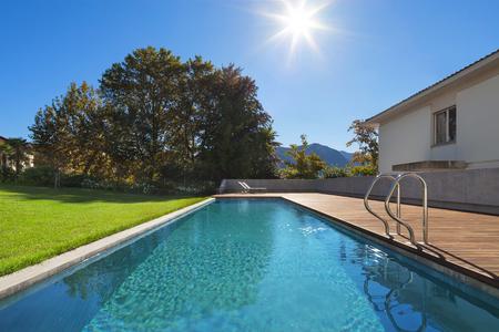 Zwembad van een prive-woning, buitenshuis Stockfoto