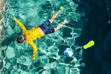 to drown: cuerpo de un niño en la piscina, al aire libre Foto de archivo
