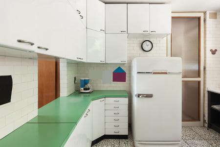 cocina vieja: cocina doméstica de edad de un apartamento, refrigerador de la vendimia