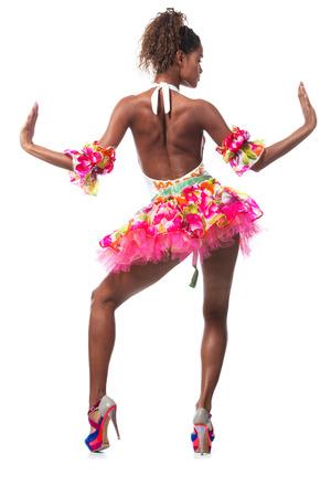 joven bailarina posando en un estudio de fondo