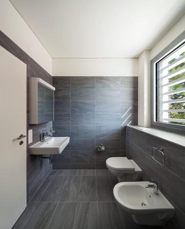 case moderne: Interno di una casa moderna, bagno grigio, pareti piastrellate e soffitto bianco Archivio Fotografico