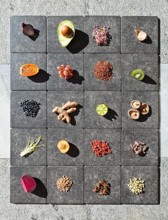 leguminosas: Frutas, hortalizas y legumbres en los azulejos Foto de archivo