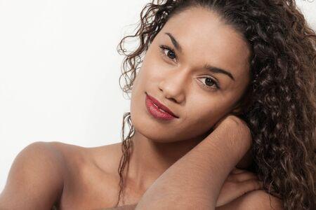 modelos negras: Young woman brazilian with curly hair posing in studio, closeup
