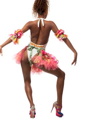 mujeres de espalda: bailarina brasileña aislado en el fondo blanco, retrato de estudio