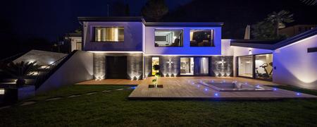 case moderne: Casa con piscina in serata Archivio Fotografico