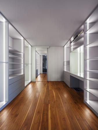 Amplio vestidor, interior de una casa moderna