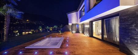 case moderne: Esterni della villa di lusso moderna nella notte Archivio Fotografico