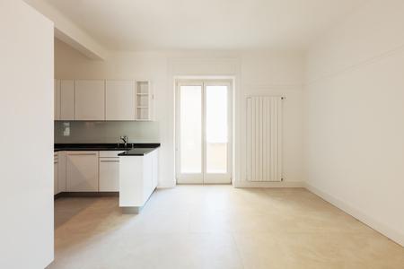 Ampia cucina bianca in un appartamento moderno
