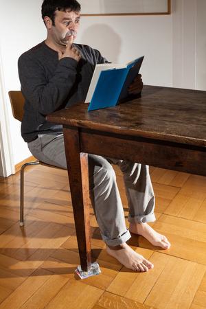 Ritratto di uomo legge un libro, interno