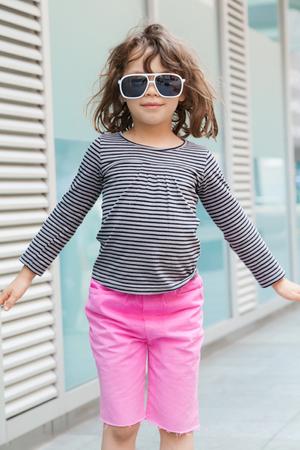 Ritratto di ragazza con gli occhiali da sole, esterno