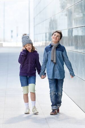 Ritratto di due bambini, abbigliamento casual, all'aperto