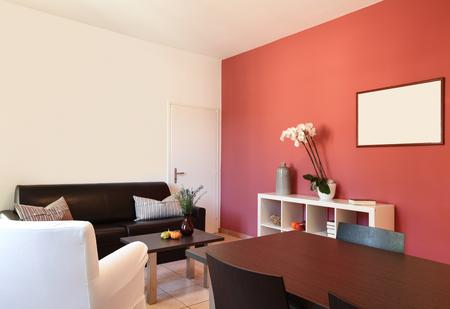 Interno Di Appartamento, Soggiorno Con Parete Rossa Foto Royalty ...