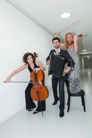 acordeon: Retrato de tres jóvenes músicos, interior