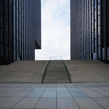 Edificio moderno scuro a Dusseldorf. Nessuno dentro
