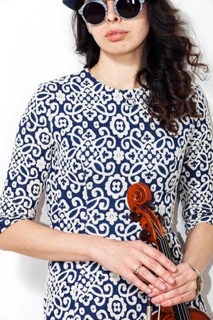 Junge Frau mit dunklen Gläsern und einer Violine in der Hand Standard-Bild