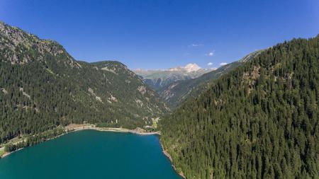 Landschaft von oben gesehen mit Drohne, Tal mit See