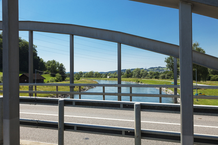 die Straße, die über die eiserne Brücke führt