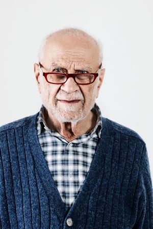 Senior gentleman in the studio on a white background, blue sweater Standard-Bild