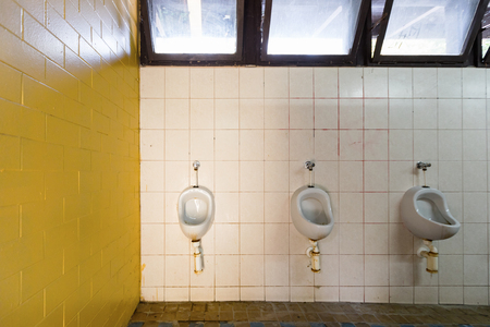 Trash bathroom whit yellow tile