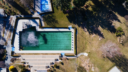 Aerial view of a completely deserted swimming pool on a nice day Standard-Bild