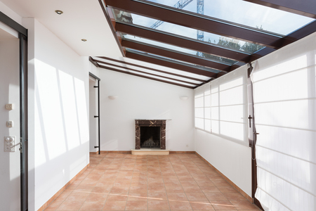 Unfurnished room with large windows on the ceiling Banque d'images