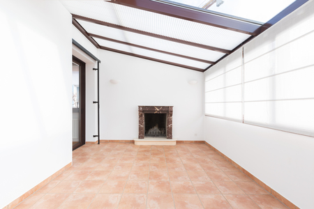Unfurnished room with large windows on the ceiling Standard-Bild