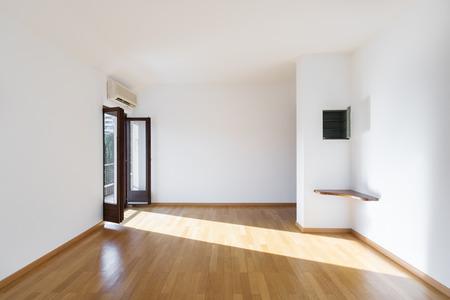 Completely empty room with wooden floors Standard-Bild