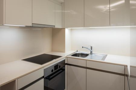 Fornelli elettrici di dettaglio in cucina di design in appartamento moderno Archivio Fotografico