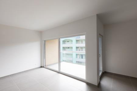 Großer Wohnzimmerinnenraum und voller weiße Küche in einem modernen offenen Raum . Niemand Standard-Bild - 103000895