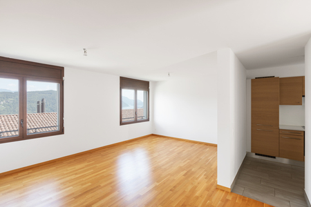 White empty room with parquet in modern apartment. Large windows overlooking the lake and no one inside Foto de archivo