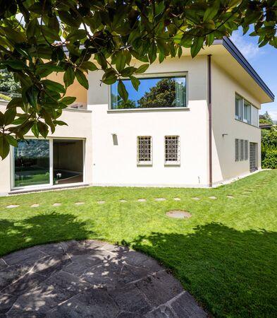 Villa mit großem Garten an einem Sommertag. Niemand drin