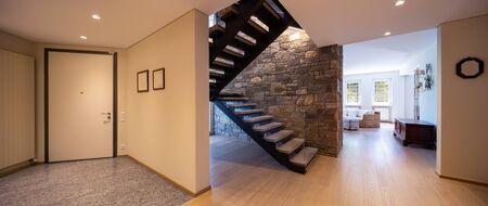Entrée avec escalier en pierre, entrée luxueuse. Personne à l'intérieur