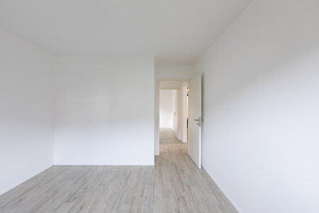 Empty room with white walls and open door on the right. Nobody inside Standard-Bild - 114299930