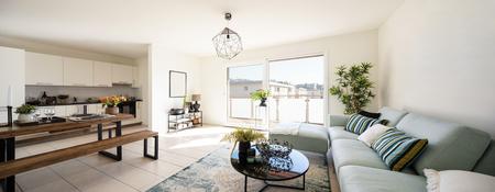 Soggiorno moderno con divano di design e tavolino. Servizio da tavola in legno con piatti e posate. Nessuno dentro Archivio Fotografico