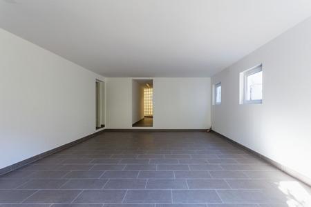 Cantina con piastrelle grigie e pareti bianche. Nessuno dentro Archivio Fotografico