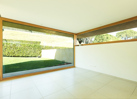 Ground floor of a single-family house with a very large window overlooking the garden Archivio Fotografico - 121645750