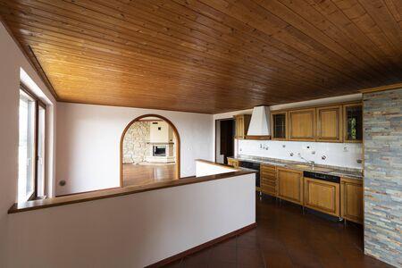 Cocina tradicional con terracota y madera en el techo. Nadie adentro