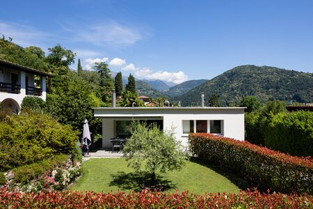 Small house for a family with a beautiful garden, small but nice Stockfoto