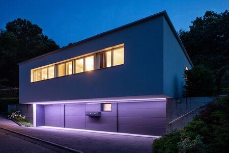 Nuit à l'extérieur d'une petite maison pour une seule famille Banque d'images